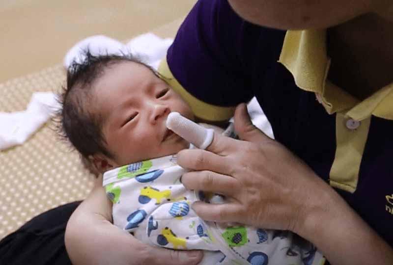 Trong quá trình rơ lưỡi ba mẹ cần cho trẻ nằm đúng tư thế