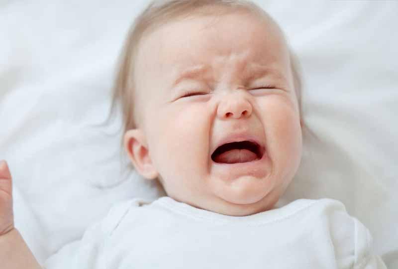 Nếu trẻ quấy khóc hãy dừng lại và chơi đùa với con để con cảm thấy thoải mái