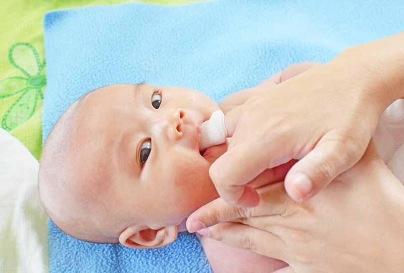 Tùy tình trạng răng miệng của con mà ba mẹ có phương pháp làm sạch phù hợp