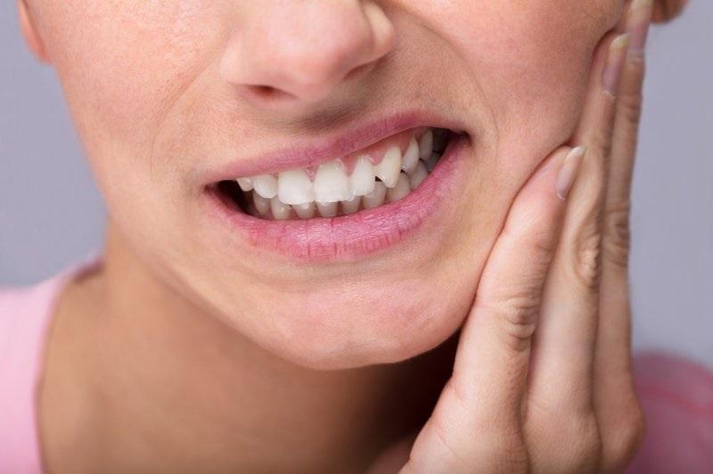 Khi răng hàm bị tổn thương, bạn sẽ không thể tránh được cảm giác đau nhức, ê buốt tại đây