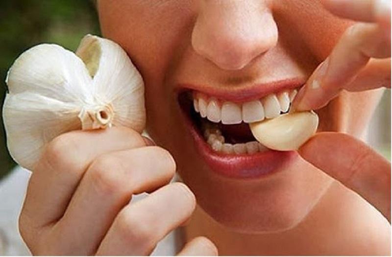 Tỏi là dược liệu vô cùng tốt cho sức khỏe răng miệng giúp điều trị đau răng khi uống nước lạnh