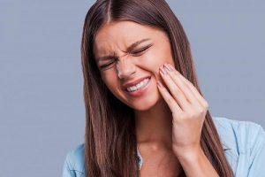 Ê buốt răng sau sinh là hiện tượng khá phổ biến nhưng chị em không được chủ quan