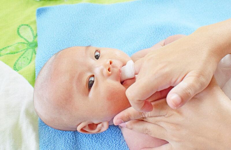 Việc rơ lưỡi cho trẻ cần được thực hiện nhẹ nhàng giúp trẻ không cảm thấy khó chịu