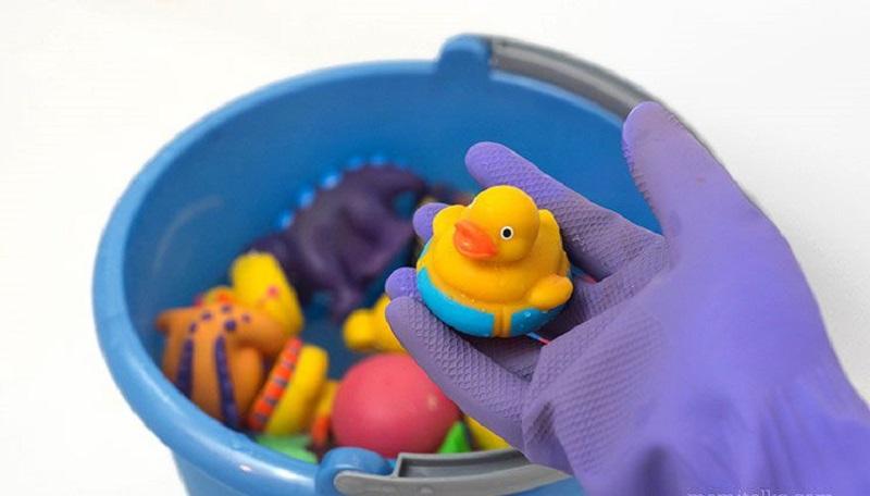 Bố mẹ nên vệ sinh đồ chơi cho trẻ thường xuyên