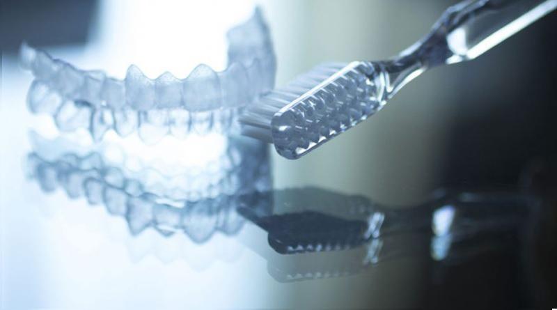 Niềng răng trong suốt yêu cầu chế độ chăm sóc và vệ sinh kỹ lưỡng